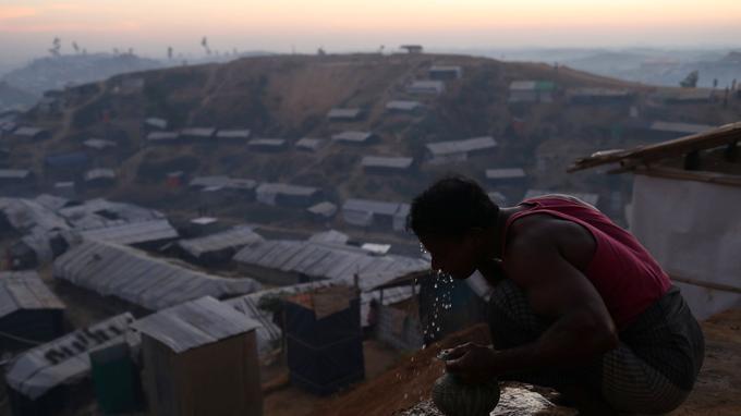 Un réfugié rohingya se nettoie le visage, dans le camp de Balukhali, près de Cox's Bazar, au Bangladesh, le 30 novembre dernier.