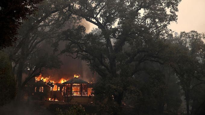 Une maison en flamme à Glenn Ellen, le 9 octobre.