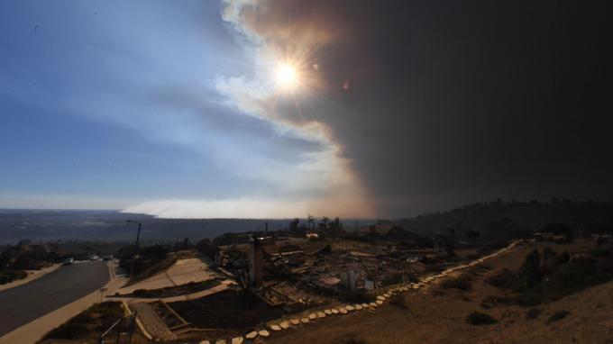 Une épaisse fumée s'élève au-dessus du comté de Ventura, mercredi.