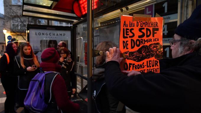 Des affiches sont collées sur les abribus de Metz pour dénoncer le mobilier anti-SDF.