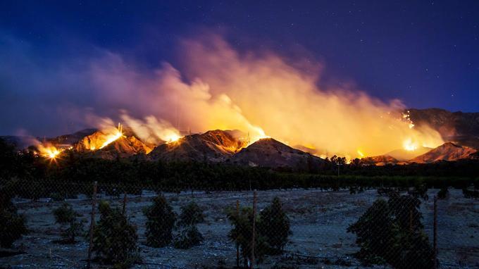 Un paysage enflammé près de Santa Paula, le 5 décembre.