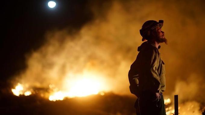 Un pompier regardant les flammes du «Lilac fire» dans la zone de Bonsall, en Californie le 7 décembre 2017