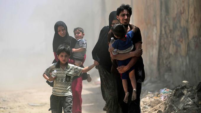 Des civils irakiens fuient Mossoul le 20 juin 2017, alors que les forces irakiennes sont sur le point de reprendre le contrôle de la deuxième ville du pays.