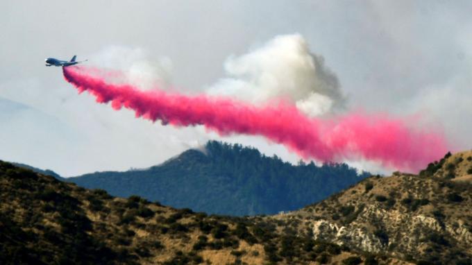 Des avions et des hélicoptères bombardiers d'eau accompagnent les soldats du feu.