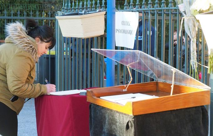 Des habitants de Saint-Féliu signent un registre de condoléances, vendredi 15 décembre 2017.