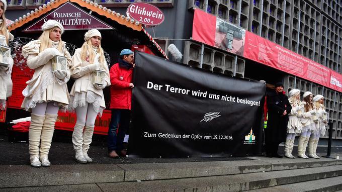 Près de l'église du Souvenir, une pancarte a été brandie: «La terreur ne nous vaincra pas!».