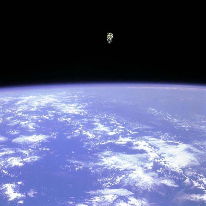 Bruce McCandless II orbite seul à une centaine de mètres de sa navette.