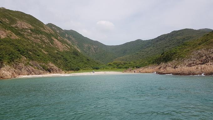 La plage de Long Ke Wan est située à l'extrémité sud du parc de Sai Kung. Mouiller dans ses eaux émeraude est un délice.