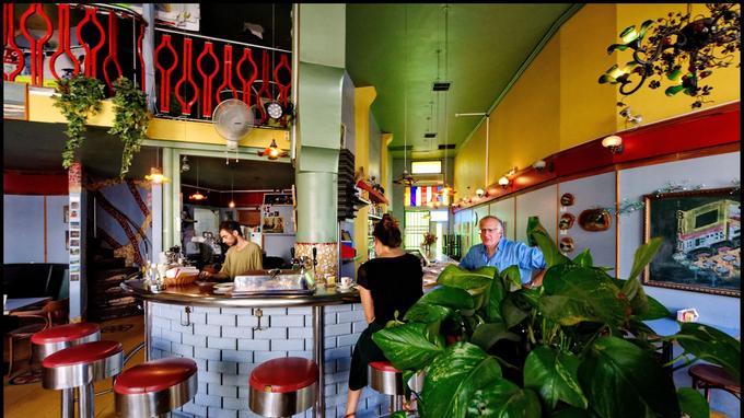 Le café Bialik est resté un lieu de rendez-vous pour les artistes et les intellectuels.