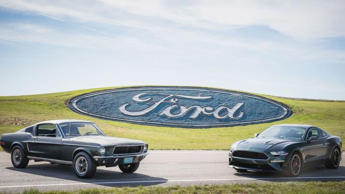 Cinquante ans séparent ces deux Mustang. À gauche, la Mustang GT du film et à droite la version Bullitt de 2018.