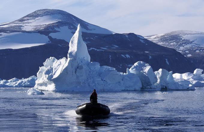 Zodiak d'exploration en repérage dans la baie de Kullorsuaq au Groenland.
