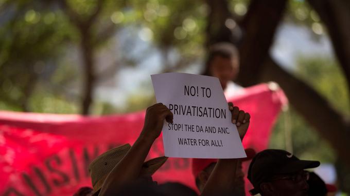 Manifestation envers le parti démocratique, accusé de ne pas avoir fait le nécessaire pour éviter ce problème historique.