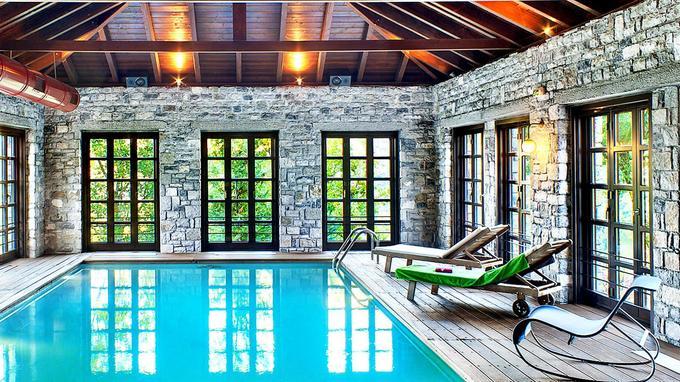 Le spa possède une belle piscine intérieure.