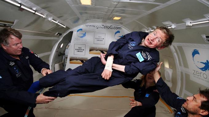 Stephen Hawkin effectue un vol en apesanteur en 2007.