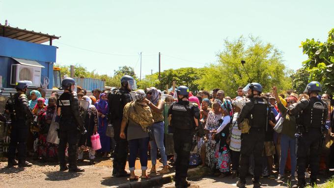 Des gendarmes sécurisent l'accès à l'aéroport de Mayotte, en proie à une insécurité grandissante.