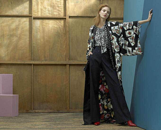Manteau-peignoir <b>Dolce &amp; Gabbana</b>, pantalon <b>Boss</b>, boucle d'oreille <b>Givenchy</b>, chaussures <b>Roger Vivier</b>. Vintage: blouse Yves Saint Laurent chez Resee.