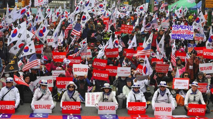 Des supporters de l'ancienne présidente s'étaient rassemblés devant le tribunal pour demander sa libération et la démission de Moon Jae-in, le nouveau président.