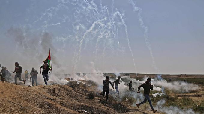 L'armée israélienne réplique par des tirs de gaz lacrymogènes pour disperser les manifestants