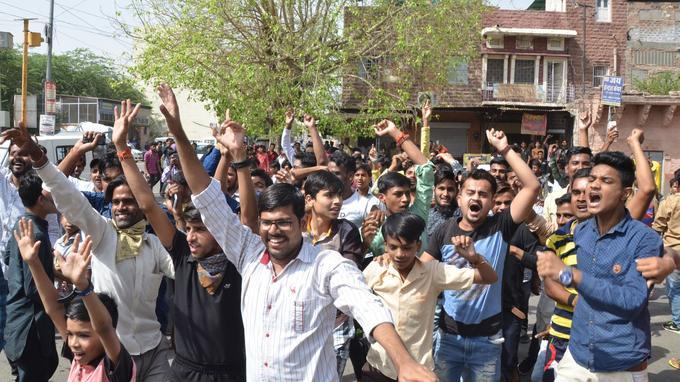 La joie des fans du comédien après l'annonce de sa sortie sous caution (Jodhpur, Inde).