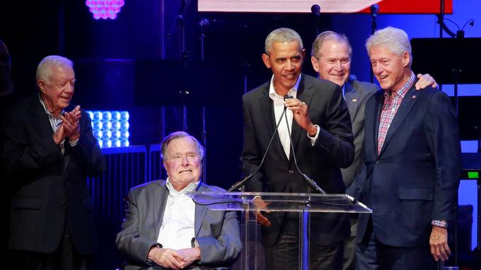 Jimmy Carter, George H. W. Bush, Barack Obama, George W. Bush et Bill Clinton à College Station (Texas), le 2& octobre 2017.