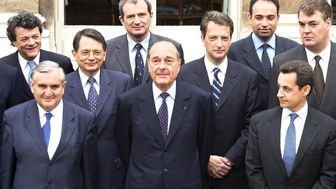 En haut à gauche, Jean-Louis Borloo lors de la photo du premier gouvernement Raffarin, formé en mai 2002.