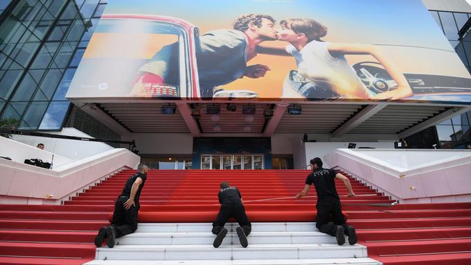 Le tapis rouge a été installé mardi après-midi par plusieurs techniciens devant le Palais des Festivals.