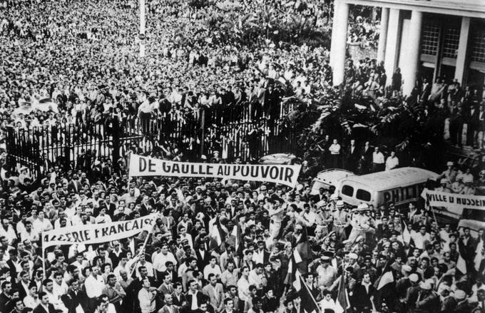 Le 13 mai 1958, une foule manifeste devant le gouvernement général à Alger pour réclamer l'investiture de De Gaulle.