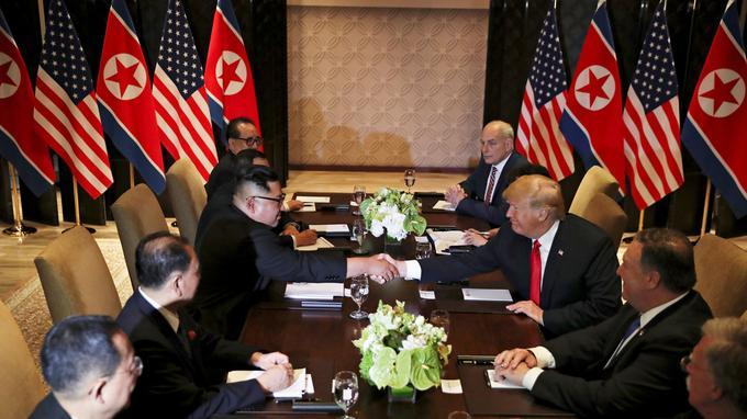 Les deux hommes, accompagnés de leur délégation respective, se sont réunis pour discuter d'un accord portant notamment sur la dénucléarisation de la Corée du nord.