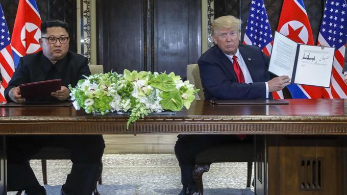 Alors que les deux stylos prévus pour la signature de l'accord avaient été désinfectés à plusieurs reprises, le dirigeant nord-coréen a préféré signé, par précaution, avec son propre stylo.