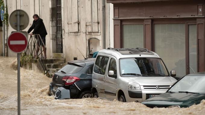 Des voitures ont été emportées par les eaux.