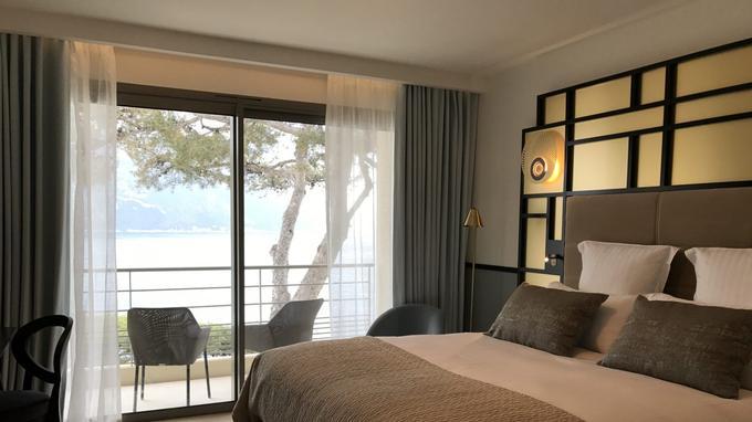Les chambres épurées dans un camaïeu de beige et de couleur crème, surlignées d'un trait noir à la Chanel, donnent sur le grand large.