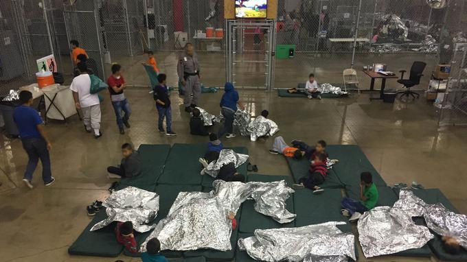 Au refuge de McAllen, au Texas, les mineurs se retrouvent allongés sur des matelas posés à même le sol dans de grands enclos grillagés.