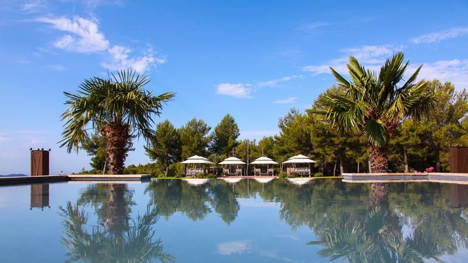La piscine extérieure du luxueux Castellet & Spa, un 5-étoiles doté d'un restaurant récompensé de trois macarons.