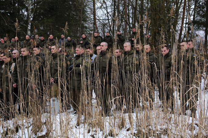 Des soldats de la Garde nationale ukrainienne assistent à un office religieux lors de l'Épiphanie orthodoxe dans une base militaire près de Lviv, dans l'ouest de l'Ukraine. 19 janvier 2016.© Rafael Yaghobzadeh