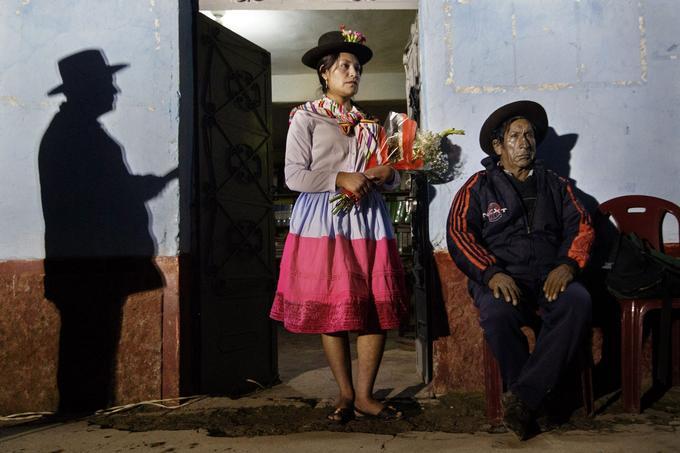 Ayacucho, Pérou, 2017. Une jeune femme de Cayara apporte des fleurs pour honorer les morts. © Angela Ponce Romero