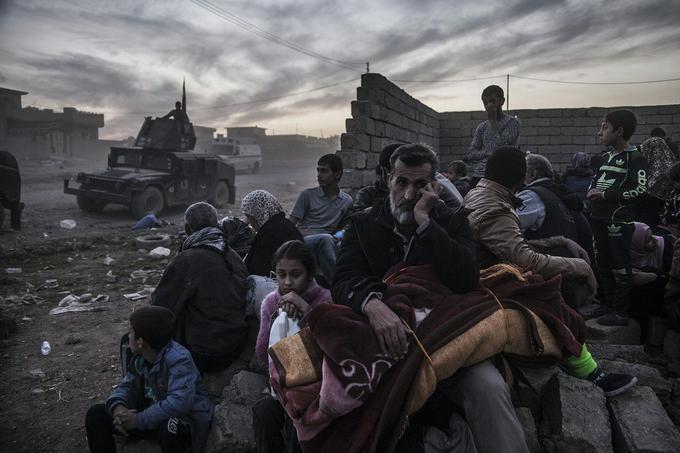 Quartier Saddam, Mossoul, 6 novembre 2016. Les habitants, pris entre deux feux, fuient les combats menés par la Golden Division (CTS, Service de contre-terrorisme irakien) contre les combattants de Daech. Certains trouvent à être hébergés dans les faubourgs déjà sécurisés, d'autres se dirigent vers les camps installés à la périphérie de la ville.© Laurent Van der Stockt pour <i>Le Monde </i>/ Getty Images Reportage