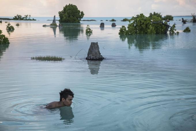 Peia Kararaua (16 ans), dans un quartier inondé du village d'Aberao, îles Kiribati, l'un des pays les plus durement touchés par la montée du niveau des mers.© Vlad Sokhin / Cosmos / Panos Pictures / laif