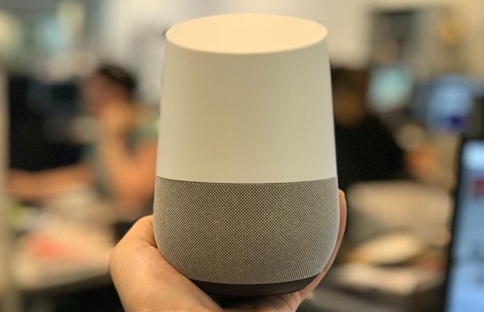 Mesurant moins de 15 cm, le Google Home tient facilement dans une main.