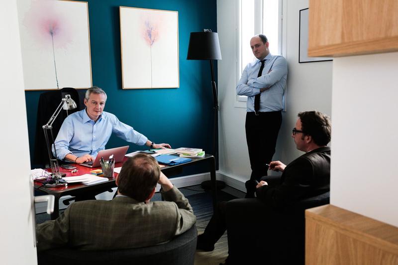 Bruno Le Maire avec, de gauche à droite, son directeur de campagne, Jérôme Grand d'Esnon, son conseiller presse Dimitri Lucas et Maxime Costilhes, son chef de cabinet.