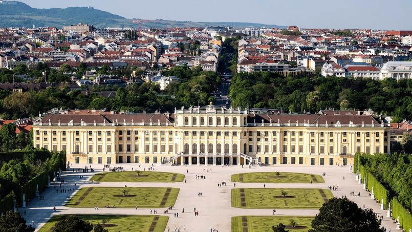 Edifié à partir de 1695 et réaménagé entre 1743 et 1749, le château de Schönbrunn, chef-d'œuvre de style baroque et rococo, était la résidence d'été des Habsbourg. Comme ses prédécesseurs, l'empereur François-Joseph y passait une partie de l'année.