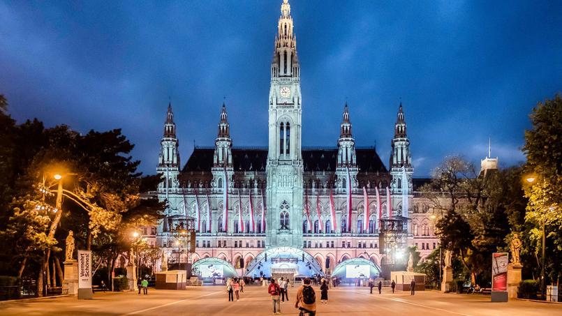 L'hôtel de ville de Vienne a été construit de 1872 à 1883 dans le style néogothique des communes flamandes. Haute de 100 m, la tour est surmontée d'un chevalier en cuivre.