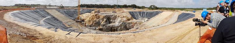 Vue panoramique de l'excavation du futur pas de tir d'Ariane 6.