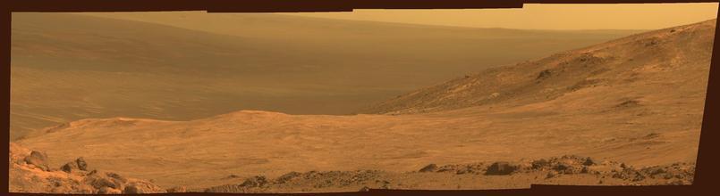 Panorama du fond du cratère Endeavour, en mars 2015, site actuellement exploré par Opportunity.