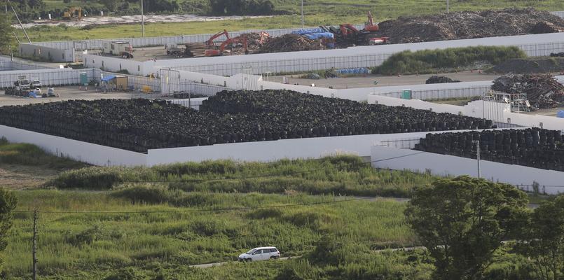Des sacs contenant des branchages, de la terre et d'autres déchets radioactifs sont entreposés à Naraha, à une vingtaine de kilomètres de la centrale, en septembre 2015.