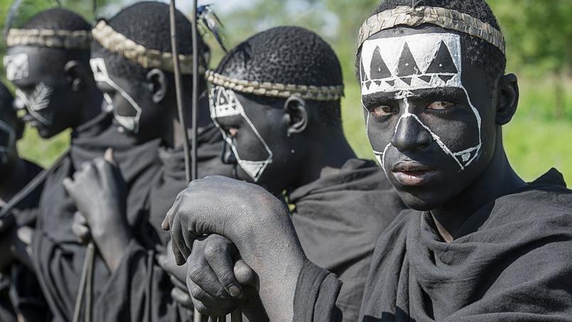 Découverte de la culture massaï lors d'une visite de village (boma). Ici, de jeunes garçons après le rite de circoncision.