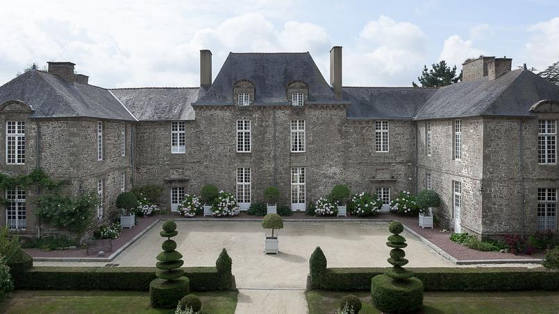La façade en granit de la bâtisse du XVIIème siècle, classée Monument historique.