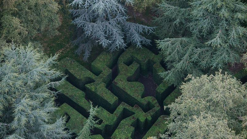 Le labyrinthe en ifs, fait de 1500 pieds plantés par Claude Arthaud en 1973 suivant un croquis de Le Corbusier, est l