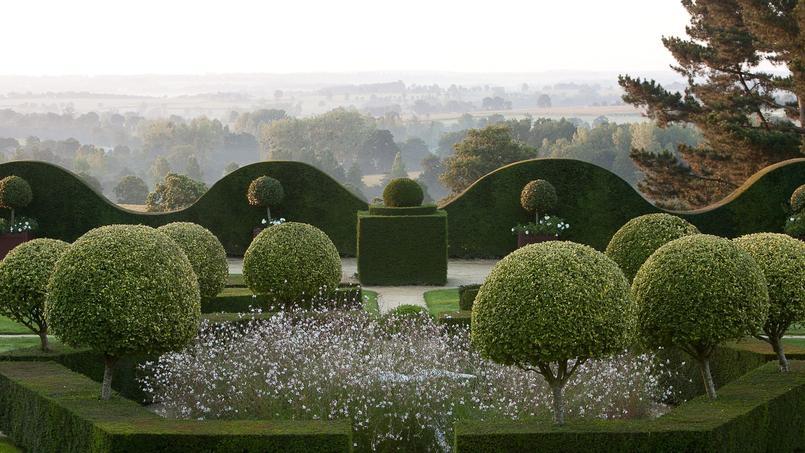 Au centre du jardin dit «régulier», ifs et troènes dorés sur tige encerclent une fontaine avec une sculpture en marbre de Carrare.
