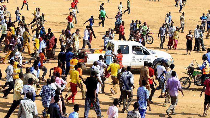 La foule se précipite autour du truk où sont exposés les corps des quatre terroristes auteurs du massacre abattus par les forces de sécurité lors de l'assaut final.