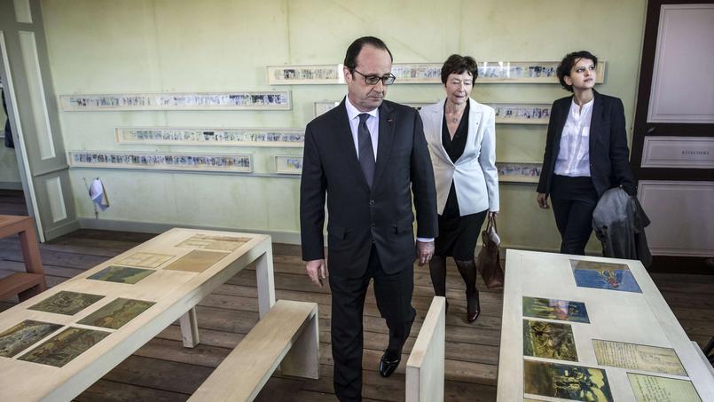 François Hollande en compagnie de la ministre de l'Education nationale Najat Vallaud-Belkacem à l'intérieur de la maison d'Izieu
